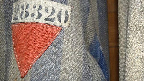 Prisoners' Uniforms with Red Triangles of Political Prisoners. Museum Exhibit, Dachau Concentration Camp Site - Sputnik International