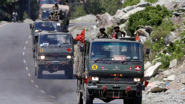 An Indian Army convoy moves along a highway leading to Ladakh, at Gagangeer in Kashmir's Ganderbal district June 18, 2020 - Sputnik International