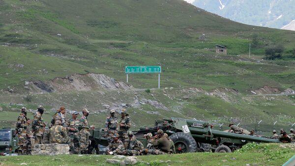 Indian army soldiers rest next to artillery guns at a makeshift transit camp before heading to Ladakh, near Baltal, southeast of Srinagar, June 16, 2020.  - Sputnik International