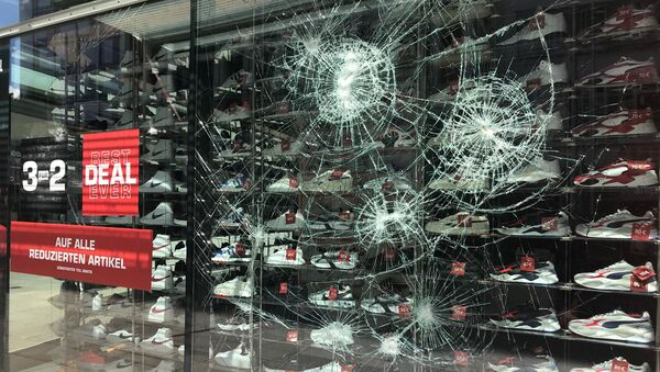 A smashed window is seen in Stuttgart's main shopping street after a group of looters smashed several windows in Stuttgart, Germany, June 21, 2020 - Sputnik International