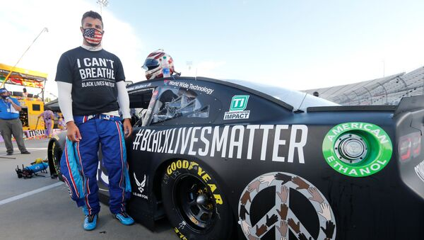 NASCAR driver Bubba Wallace waits for the start of the NASCAR Cup Series at Martinsville at Martinsville Speedway. - Sputnik International
