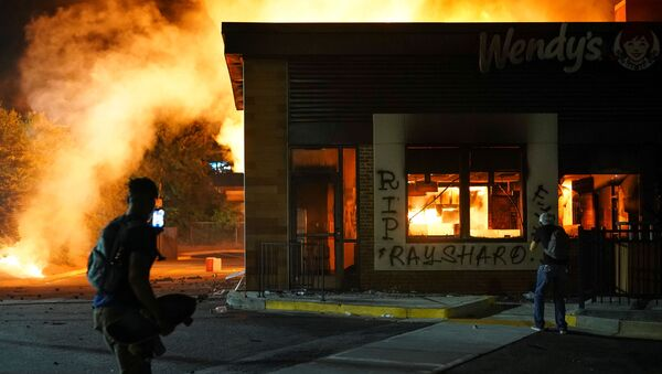 A Wendy's burns following a rally against racial inequality and the police shooting death of Rayshard Brooks, in Atlanta, Georgia, U.S. June 13, 2020. - Sputnik International
