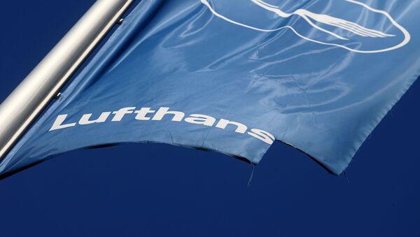Damaged Lufthansa's flag flutters at the Lufthansa Aviation Center in Frankfurt, Germany June 25, 2020 - Sputnik International