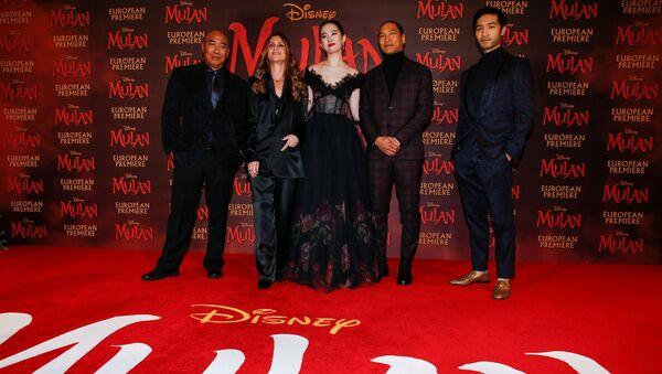 Cast members Ron Yuan, Yifei Liu, Jason Scott Lee and Yoson An pose with director Niki Caro, at the European premiere for the film Mulan in London, Britain March 12, 2020. - Sputnik International