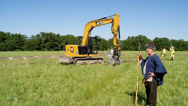 A man dressed as a viking stands at the excavation site of Gjellestadskipet - Sputnik International