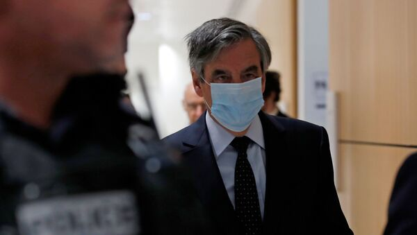 Former French prime minister Francois Fillon, wearing a protective face mask, arrives for the verdict in his trial over a fake jobs scandal at the courthouse in Paris, France, June 29, 2020 - Sputnik International