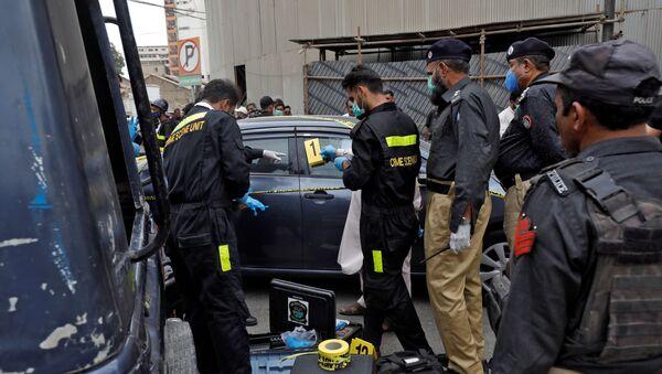 Members of the Crime Scene Unit of Karachi Police examine the site of an attack at the Pakistan Stock Exchange entrance in Karachi June 29, 2020. REUTERS/Akhtar Soomro - Sputnik International
