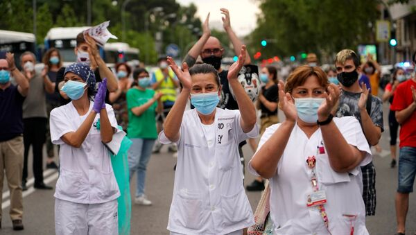 Staff members from Nino Jesus hospital and other people block the street during a protest against the privatisation of public health, amid the coronavirus disease (COVID-19) outbreak, in Madrid, Spain, June 1, 2020. - Sputnik International