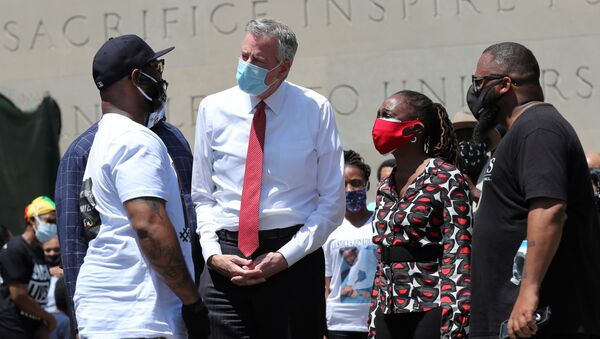 Terrence Floyd (L) George Floyd's brother, speaks with New York City Mayor Bill de Blasio as they attend a public memorial after the death in Minneapolis police custody of George Floyd in the Brooklyn borough of New York City, New York, U.S., June 4, 2020. - Sputnik International