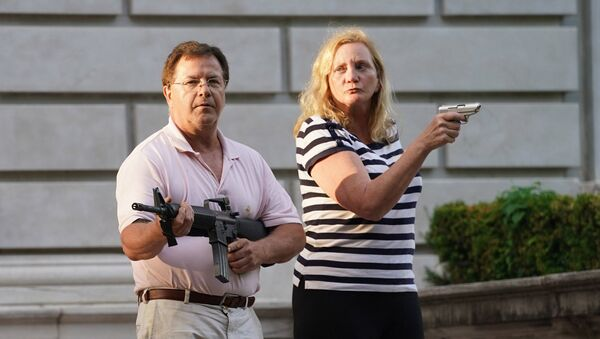 Mark and Patricia McCloskey draw their firearms on protestors as they enter their neighborhood during a protest against St. Louis Mayor Lyda Krewson, in St. Louis, Missouri, U.S. June 28, 2020. - Sputnik International