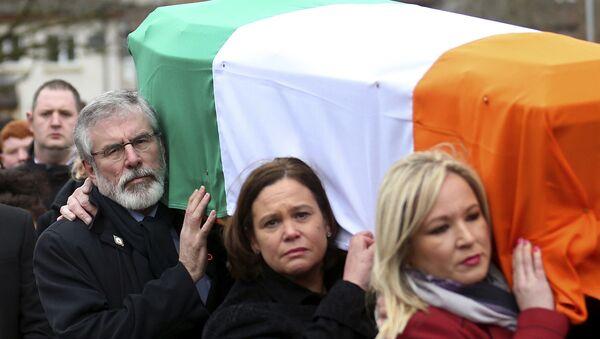 Michelle O'Neill carries Martin McGuinness's coffin - Sputnik International