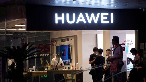 People are seen in a Huawei shop in Shanghai - Sputnik International