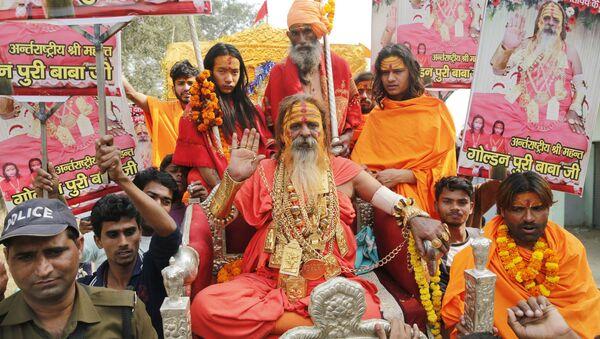 Indian godman Golden Baba, known for the gold ornaments he wears gestures as Hindu holy men - Sputnik International