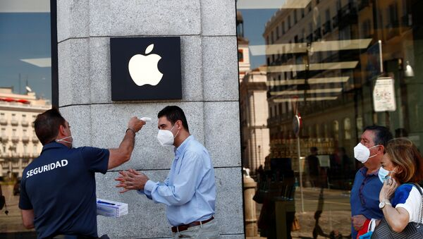 A man wearing a protective mask gets his temperature taken before entering an Apple store, amid the coronavirus disease (COVID-19) outbreak, in Madrid, Spain, June 30, 2020. - Sputnik International