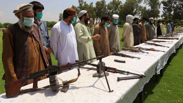 Members of the Taliban handover their weapons and join in the Afghan government's reconciliation and reintegration program in Jalalabad, Afghanistan June 25, 2020. - Sputnik International