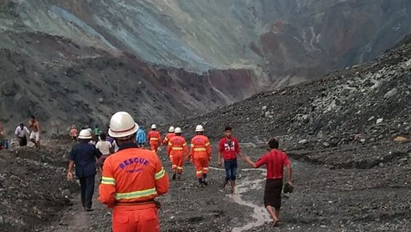 This handout from the Myanmar Fire Services Department taken and released on July 2, 2020 shows rescuers attempting to locate survivors after a landslide at a jade mine in Hpakant, Kachin stat - Sputnik International