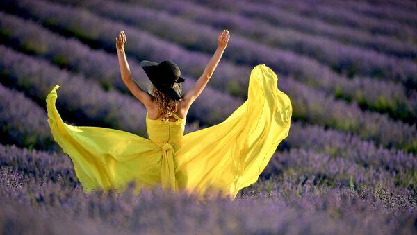 A young woman on a lavender field in Crimea - Sputnik International