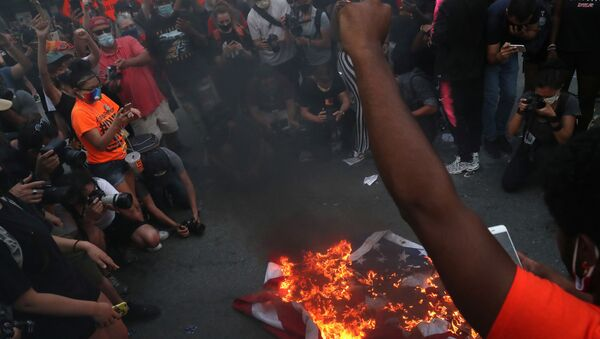 A group of protesters burn American flags and leaflets with the flag, even as other protesters disagreed with the act, during a protest against racial inequality and police violence near Black Lives Matter Plaza, during Fourth of July holiday, in Washington, DC. 4 July 2020. - Sputnik International