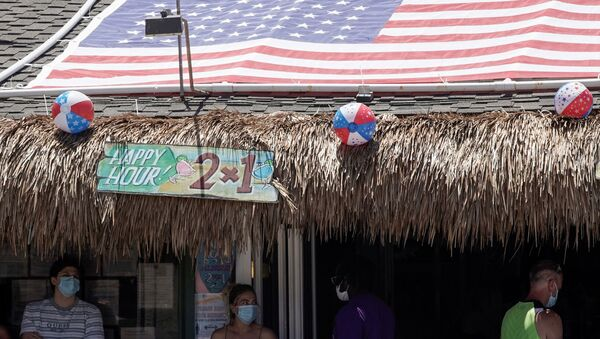 People queue for dine-in service outside the Baja Beach Bar in the Pacific Beach neighbourhood of San Diego, California, U.S., ahead of the Fourth of July holiday July 3, 2020. - Sputnik International