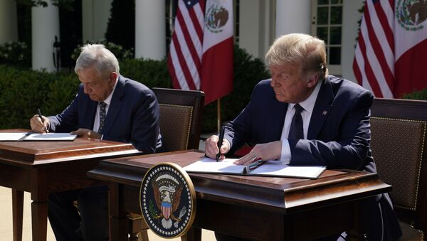 President Donald Trump and Mexican President Andres Manuel Lopez Obrador sign a joint declaration at the White House, Wednesday, July 8, 2020, in Washington. - Sputnik International