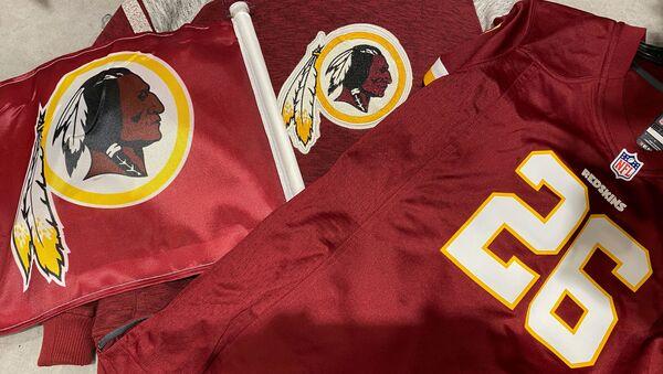 Washington Redskins football shirts and a team flag on sale at a sporting goods store in Bailey's Crossroads, Virginia, U.S., June 24, 2020. - Sputnik International
