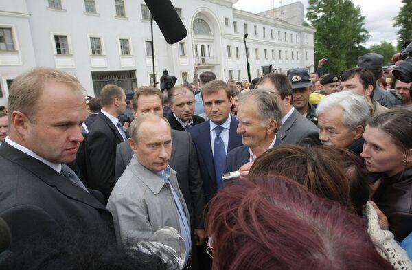 Prime Minister Vladimir Putin meets with Pikalevo residents - Sputnik International