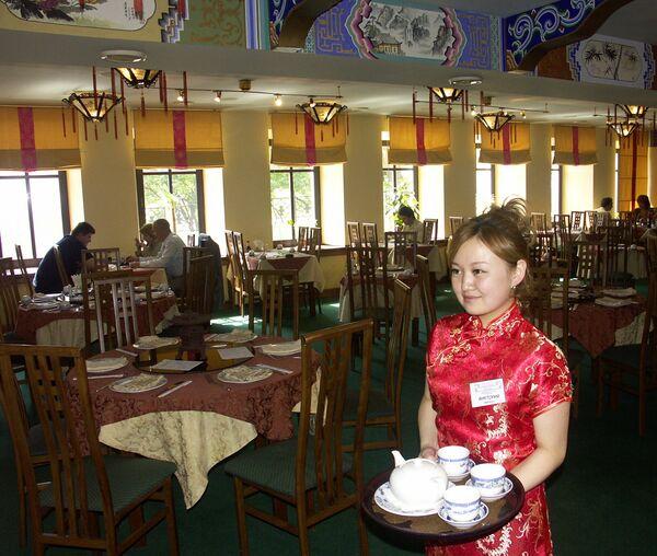 A waitress lady  in Chinese restaurant Chinatown  - Sputnik International