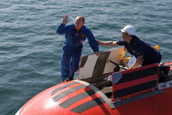 Russian PM Vladimir Putin dives in Lake Baikal - Sputnik International