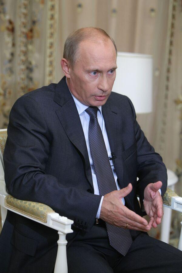 Polish ex-PM warns against rejecting Putin's 'hand of friendship' - Sputnik International
