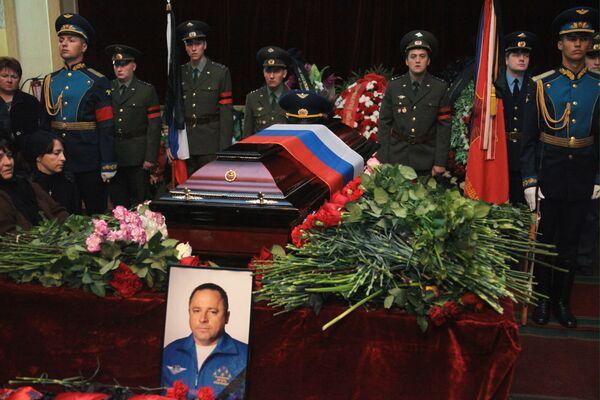Bidding farewell to Igor Tkachenko, commander of the Russian Knights flying team - Sputnik International