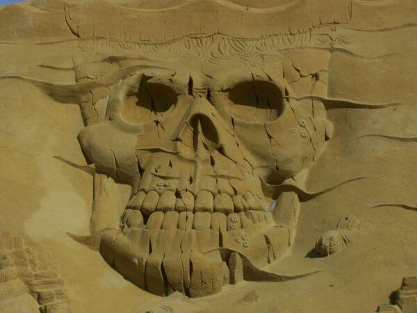 Evil and good-natured pirates at the sand sculpture festival   - Sputnik International