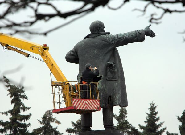 Lenin statue in western Russia vandalized with orange paint  - Sputnik International