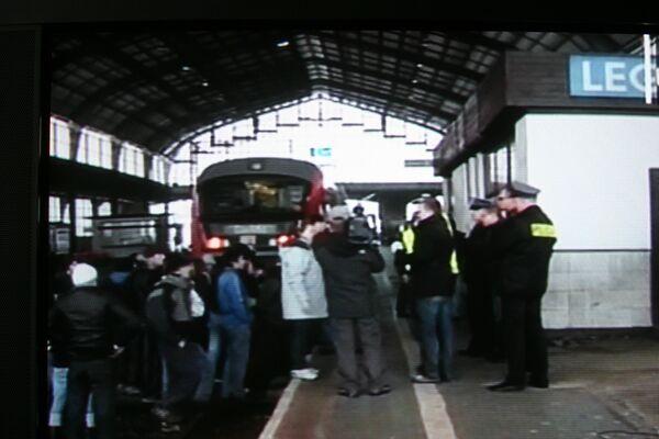 Polish police force protesting asylum seekers off train  - Sputnik International