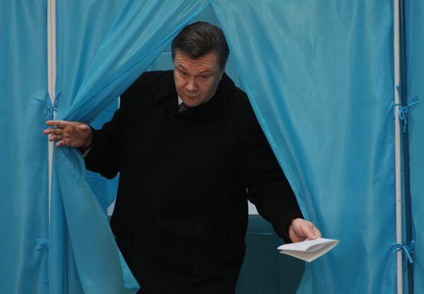 Yanukovych votes in Ukraine runoff election, pledges change  - Sputnik International
