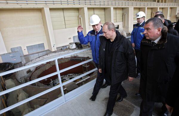 Vladimir Putin tours the Sayano-Shushenskaya hydroelectric power plant - Sputnik International