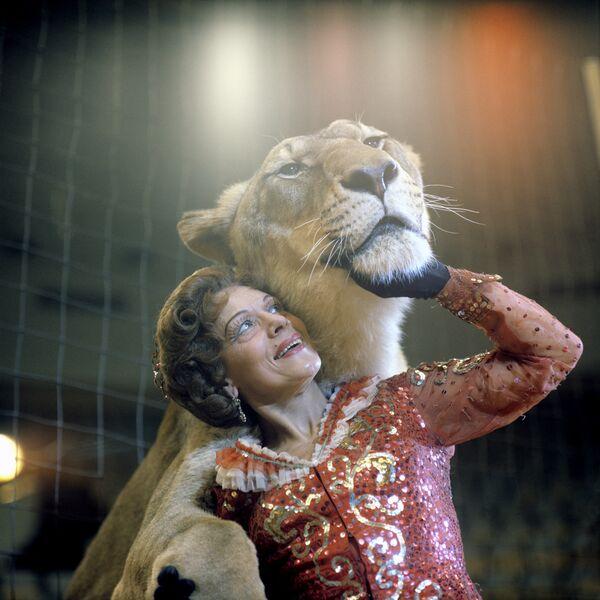 Animal tamer Irina Bugrimova with lions at her feet - Sputnik International