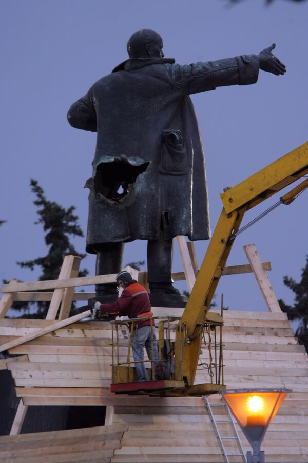 The most prominent act of vandalism occurred in St. Petersburg on April Fools' Day 2009, when a small bomb blasted a round hole on the back of Lenin's statue. - Sputnik International