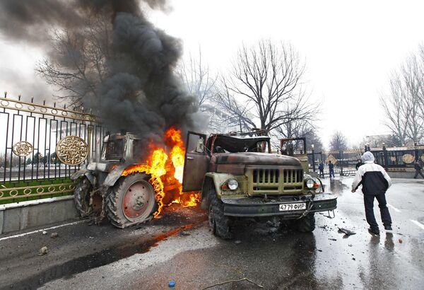 Protesters and opposition clash in Bishkek - Sputnik International