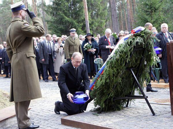 Vladimir Putin and his Polish counterpart Donald Tusk took part in a memorial service for the Katyn massacre - Sputnik International