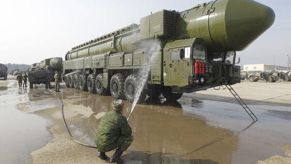 Демонстрация ракетного комплекса Тополь-М на подмосковном полигоне Алабино - Sputnik International