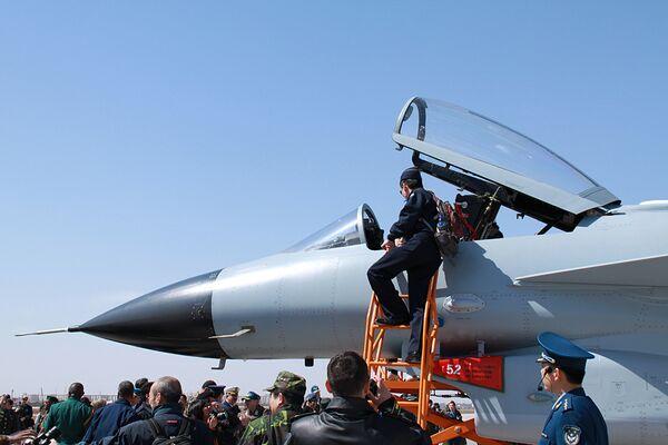 China unveils J-10 fighter - Sputnik International
