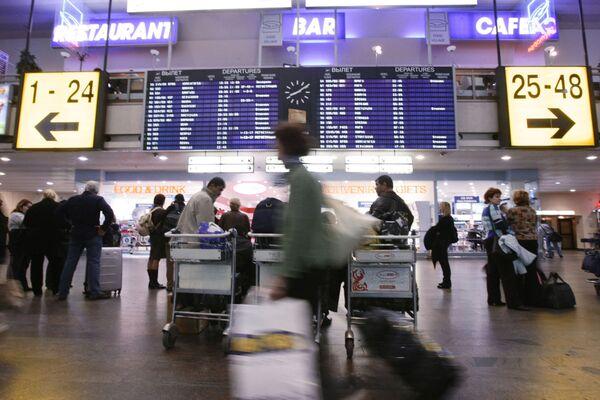 Passengers wait for their flights at Sheremeyevo International Airport, Moscow - Sputnik International