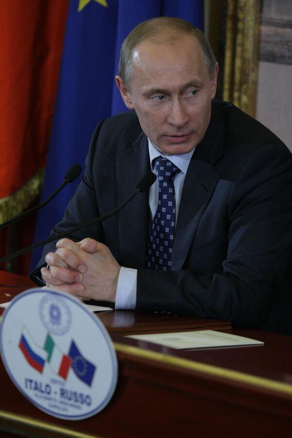Medvedev, Putin divide Russian leadership without interfering  - Sputnik International