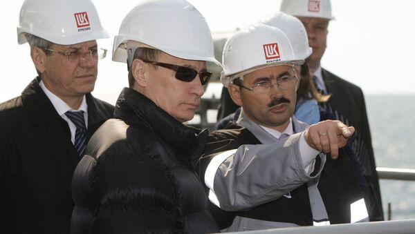 Премьер-министр РФ Владимир Путин посетил стационарную нефтяную платформу ОАО ЛУКОЙЛ - Sputnik International