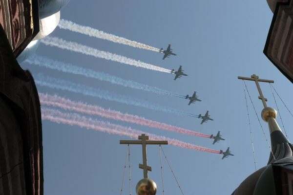 Combat jets paint Russian flag in skies over Red Square - Sputnik International