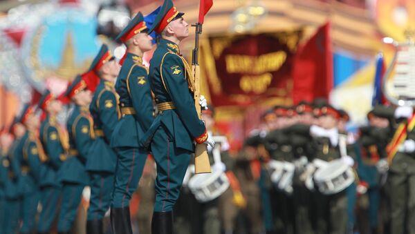 Berlin veterans watch victory parade on big screen  - Sputnik International