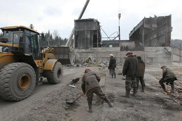 Rescue workers to pump more water into blast-hit Siberian coalmine  - Sputnik International