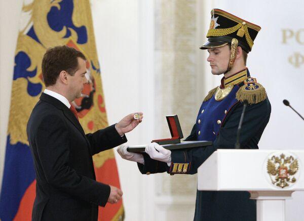Medvedev hands outs state awards on Russia Day - Sputnik International