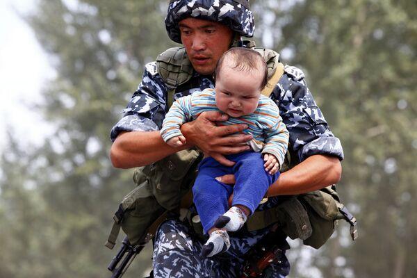 Thousands of refugees flee interethnic violence in Kyrgyzstan  - Sputnik International