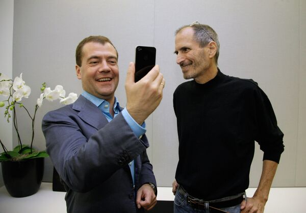 From left: Russian President Dmitry Medvedev gets an iPhone 4 from Apple Inc. CEO Steve Jobs on his tour of Silicon Valley - Sputnik International